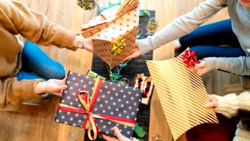 Получать во сне подарки означает что вы будете необычайно счастливы.