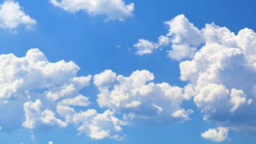 видеть облака в небе