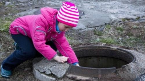ребенок упал в канализацию