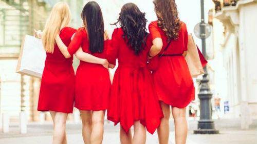 видеть девушек в платьях